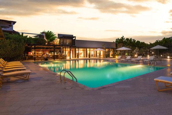 Finch Bay Galapagos Hotel una imagen de su piscina en la noche