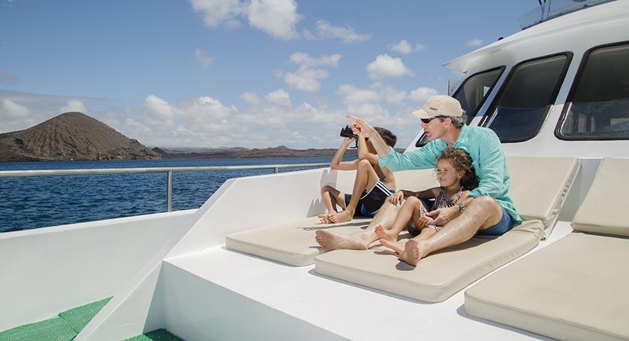 Familia relajándose en el Yate Sea Lion