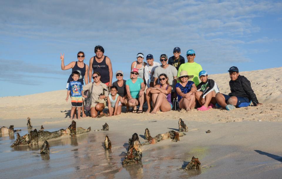 Turistas en la playa Las Bachas en las Islas Galápagos