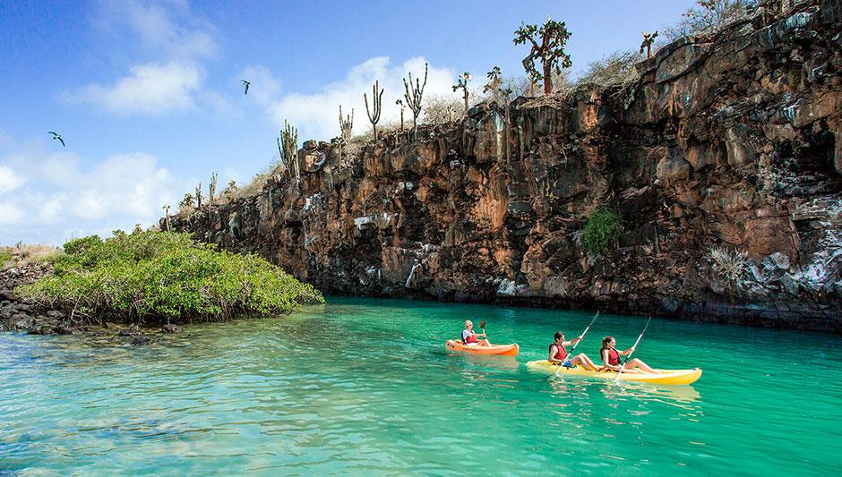 Practicando kayak en las Islas Galápagos