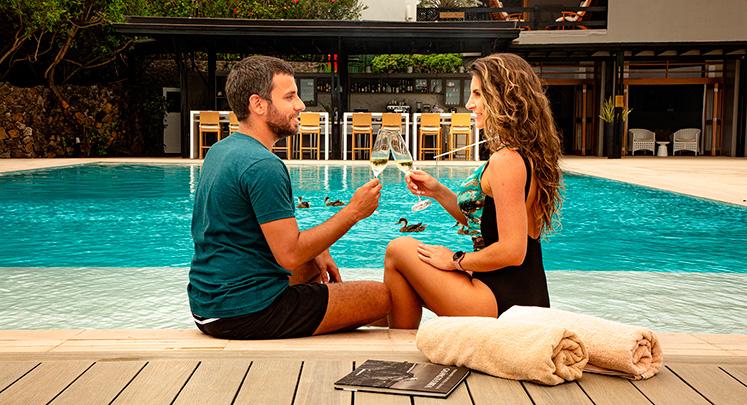 Pareja disfrutando la piscina del Finch Bay Galapagos Hotel