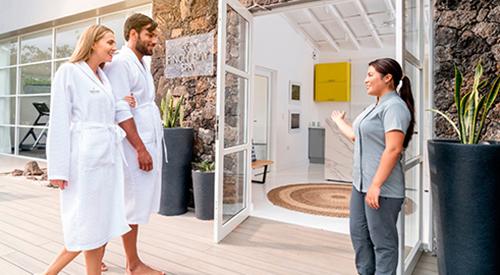 2 huéspedes entrando a un spa en las Islas Galápagos