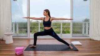 Una huésped practicando yoga en el centro de bienestar del Finch Bay Spa en las Islas Galápagos
