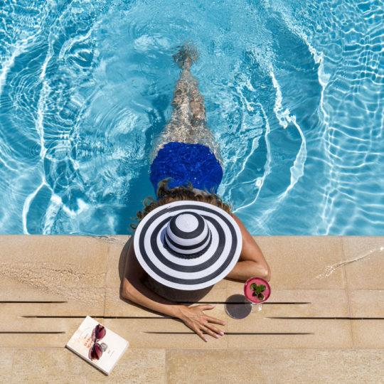 Una invitada en la piscina del Finch Bay Galápagos Hotel