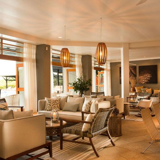 Atardecer en la sala del Finch Bay Galápagos Hotel